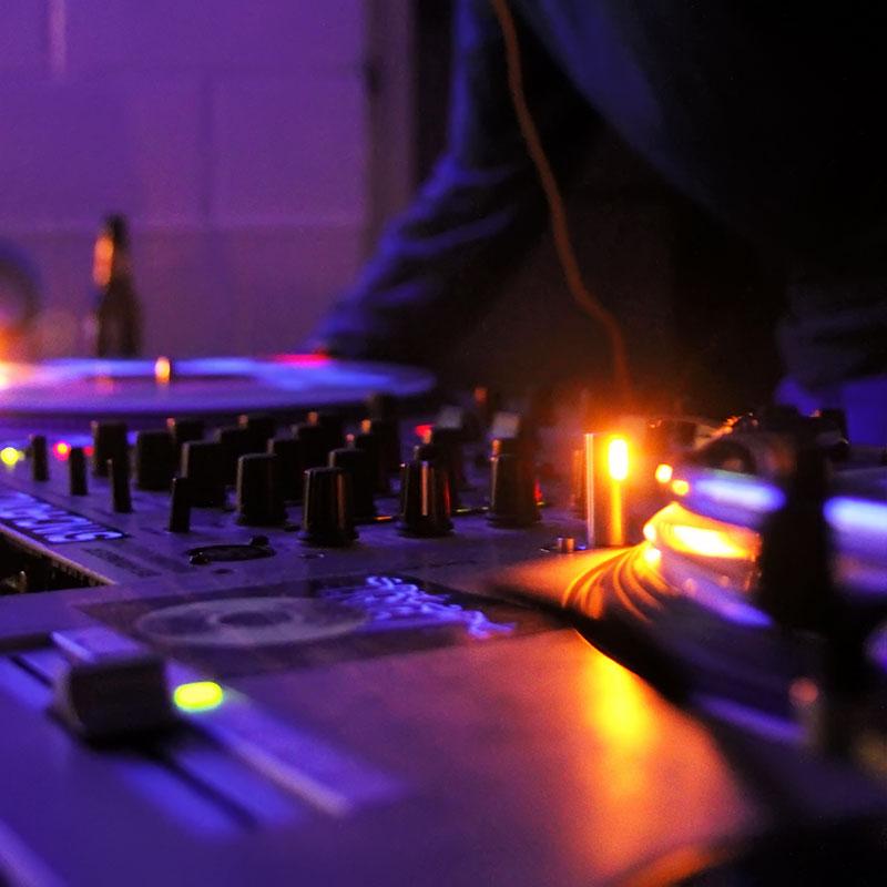 【無料音楽素材】フロアイベント、プロモーション・ビデオ向けのトランス(Trance)フリーBGM「Serialize / Free BGM ver. 」